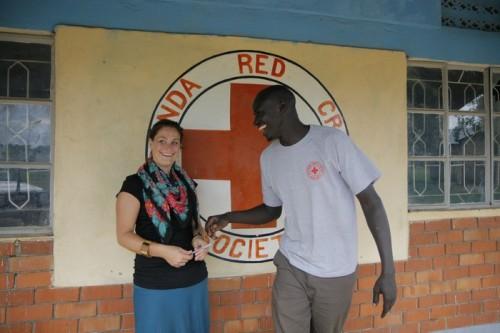 Louise og Samuel - utanfor kontoret til Apac Red Cross Branch i nordre Uganda.
